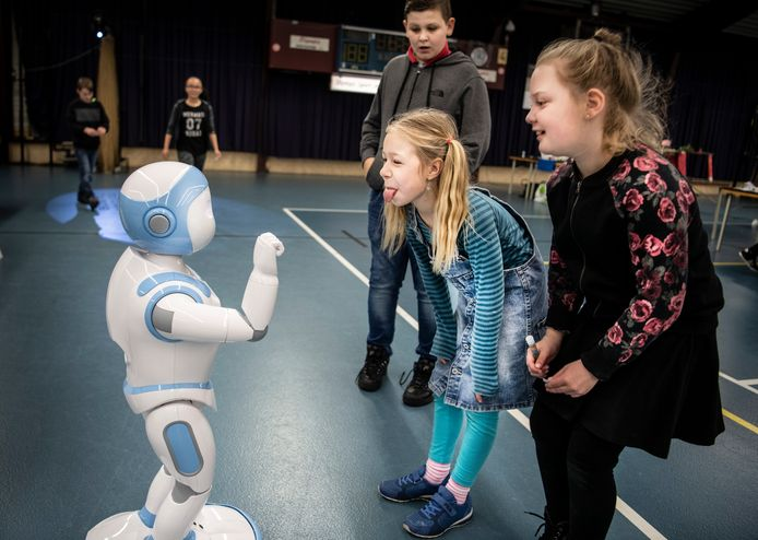 Digitale geletterdheid wordt een verplicht onderdeel op basisscholen. Daarbij leren kinderen ook hoe ze problemen kunnen oplossen door een computer aan te sturen, bijvoorbeeld met robots. Bovenstaande robot was te gast op een techniekdag.