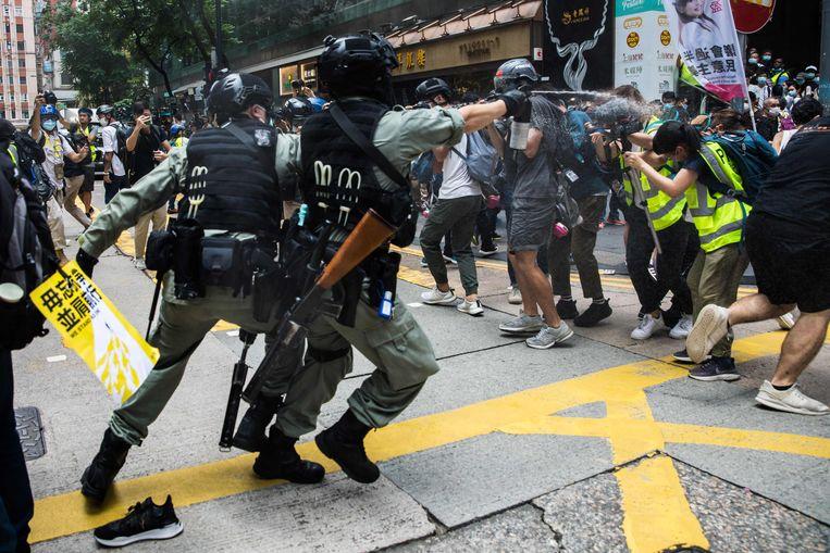 Actievoerders in Hongkong worden uiteengedreven. Beeld AFP