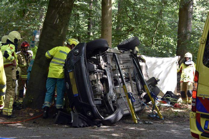 Een automobiliste moest bevrijd worden uit haar auto na een ongeval op de hoek Staverdenseweg - Hooiweg in Elspeet.