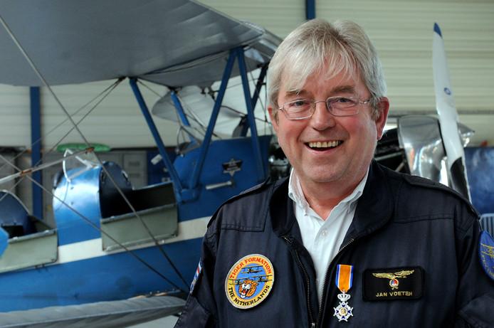 Jan Voeten in een hangar op het vliegveld.