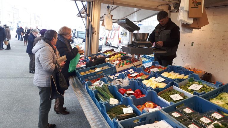 Marktkramer Marc Vettenburg op zijn plaats onder de markthal.