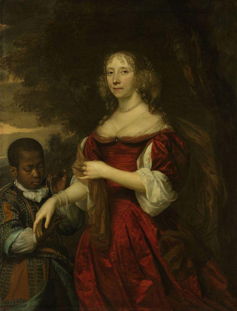 Portret van Margaretha van Raephorst, de echtgenote van Cornelis Tromp. Een jonge zwarte bediende hangt een parelsnoer om haar pols. Beeld Rijksmuseum