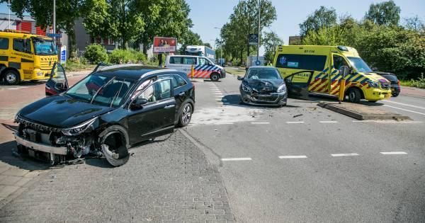 Twee autos total loss bij ongeluk op Westervoortsedijk in Arnhem.