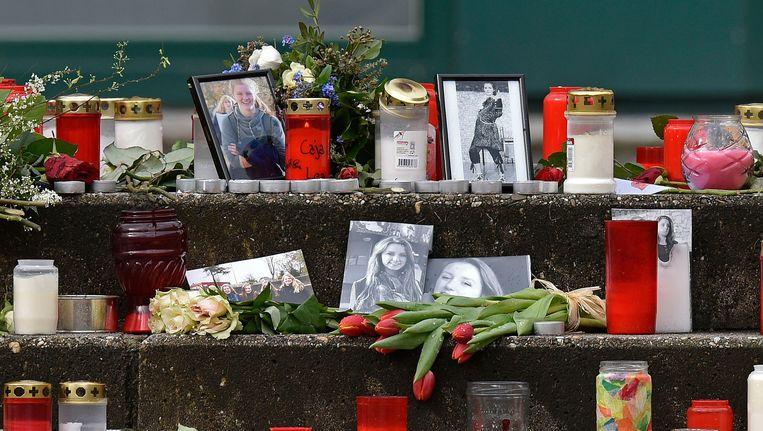 Bloemen foto's en kaarsen bij het Joseph-Koenig-Gymnasium in Haltern am See, waarvan zestien leerlingen aan boord waren. Beeld ap