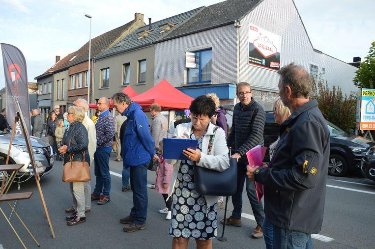 Enkele buurtbewoners van Kerkskenveld stonden met een infostand op de avondmarkt in Kerksken. Ook kon de petitie er worden getekend.