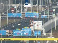 Verloren lading op de weg: A20 richting Hoek van Holland afgesloten