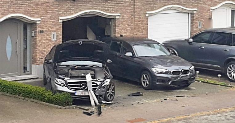 Deze voertuigen geraakten beschadigd nadat de wagen ertegen botste.