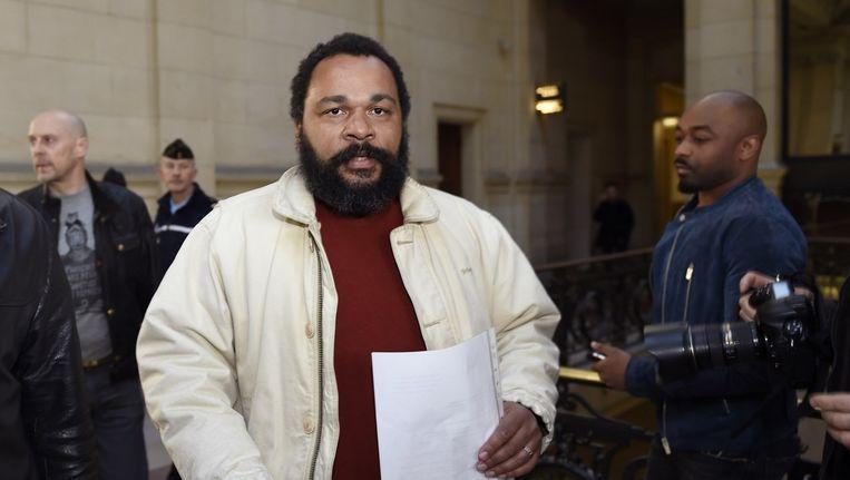 Komiek Dieudonné M'Bala M'Bala bij de rechtbank in Parijs. Beeld afp