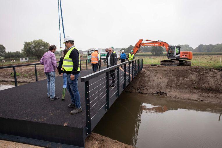 Plaatsing van de fietsbrug uit kunststof, 17 meter lang en 5 breed. Ze wordt als één geheel geleverd.