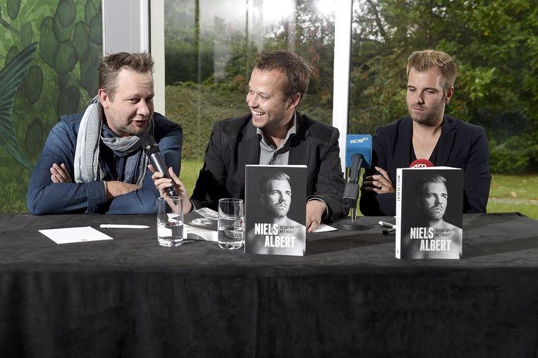 Mannaerts (midden) op de boekvoorstelling van Niels Albert (rechts)