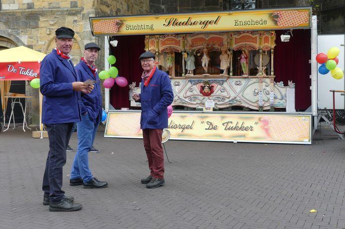 De orgeldraaiers Henk Tijert. Frank Kamerbeek en Bertus Workel voor het stadsorgel De Tukker.