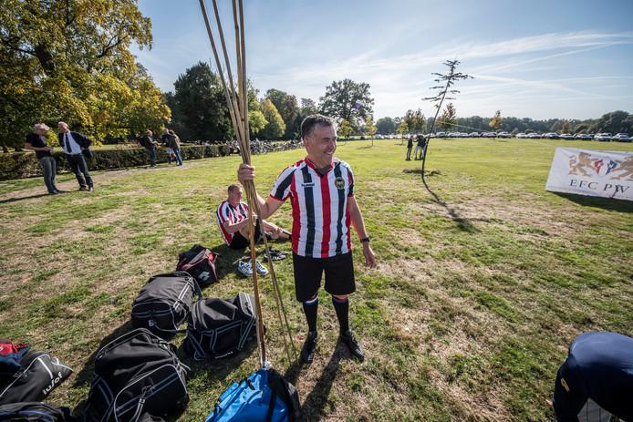 Lennart Badart met de bonenstaken, die als doelpalen werden gebruikt.
