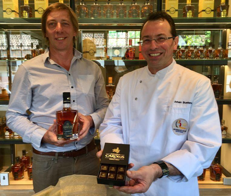 Charles Leclef en Johan Buelens met de whiskeypraline
