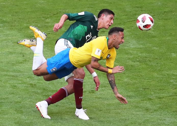 Edson Alvarez in duel met Neymar tijdens de achtste finale van het WK 2018.