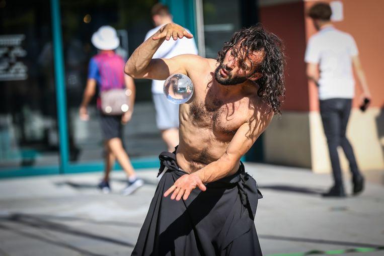 De  Argentijnse danser en trapezist Adriano Cangemi.