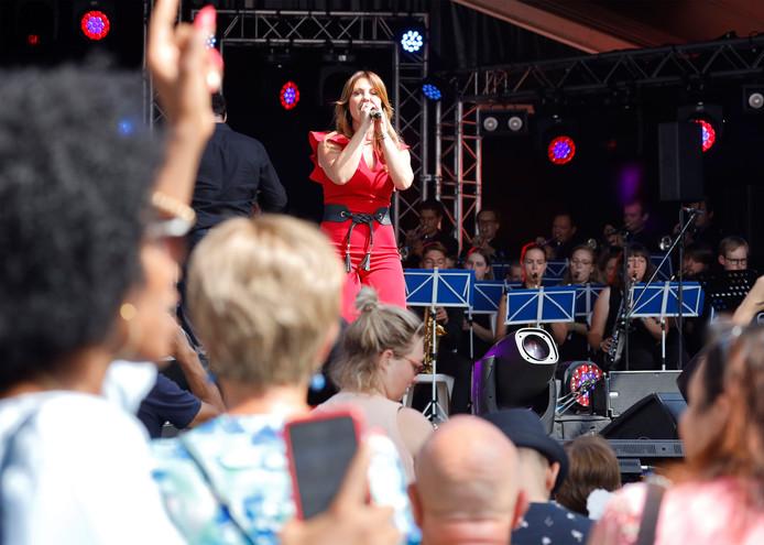 De Vlaamse Latina Belle Perez treedt op de Grote Markt op samen met het orkest the Young Ones.
