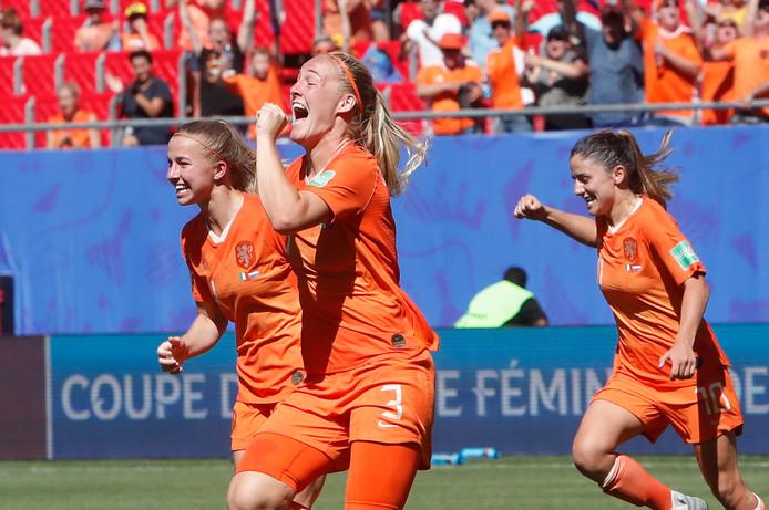 Stefanie van Der Gragt kopte Oranje op 2-0 tegen Italië.