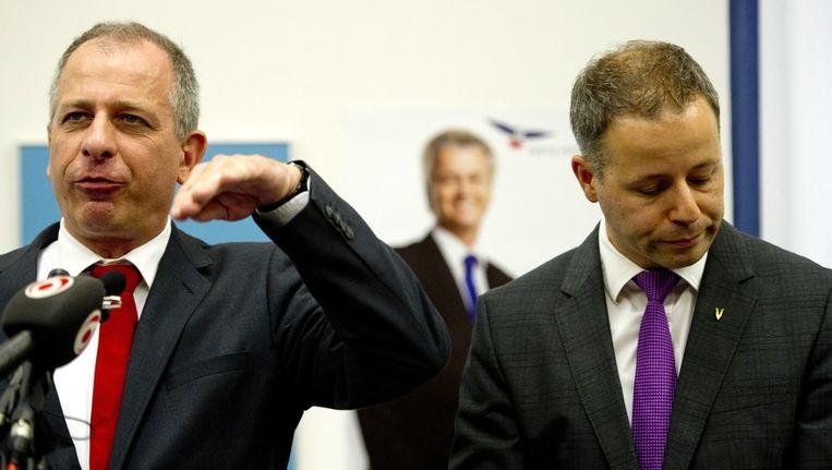 Wim Kortenoeven en Marcial Hernandez (R) geven een verklaring in Nieuwspoort waarin ze aangeven per direct uit de PVV-fractie te stappen. Beeld anp