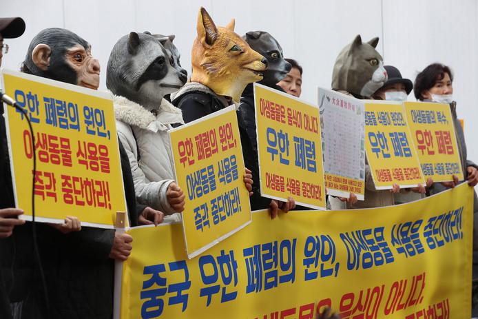 Zuid-Koreaanse dierenactivisten protesteren tegen de verkoop van wilde dieren op Chinese markten.
