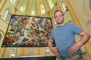 Marino Basso bij zijn gigantisch schilderij in de Sint-Amandskerk.