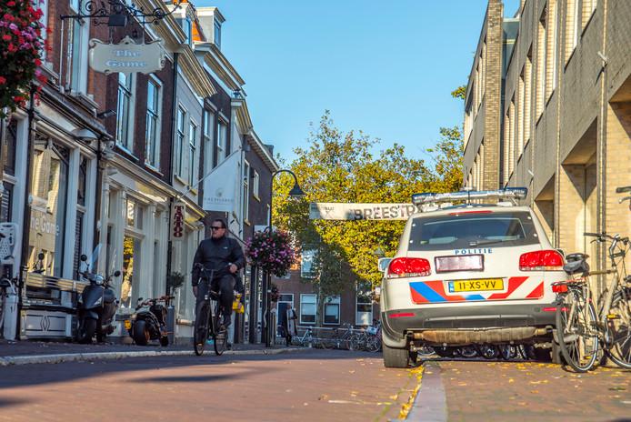 Een politiewagen staat nu standaard paraat naast coffeeshop The Game in de Breestraat.