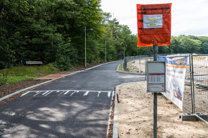 De bushalte bij de Hugo de Grootlaan:voorlopig rijdt de bus nog een aangepaste route.