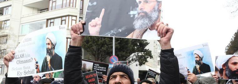 Burgers protesteren tegen de executie van Nimr al-Nimr. Beeld anp