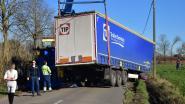 Ruiseleedsesteenweg krijgt paaltjes aan kant waar vrachtwagens in gracht blijven sukkelen