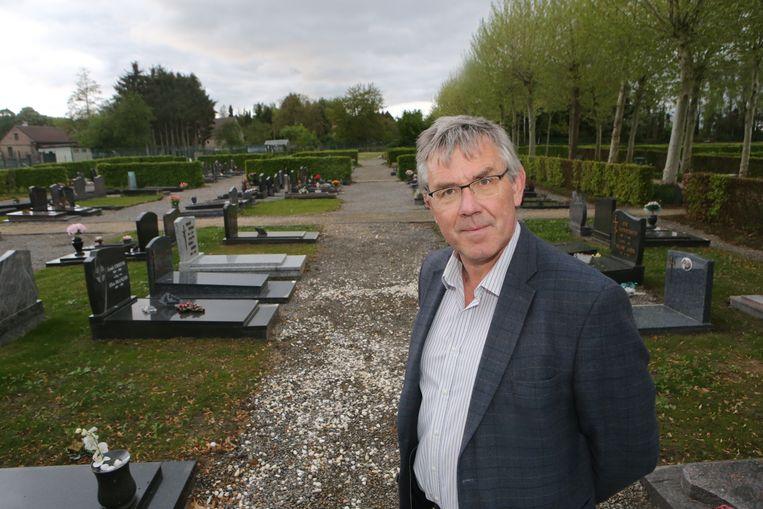 Burgemeester Chris Vervliet op de begraafplaats in Butsel.