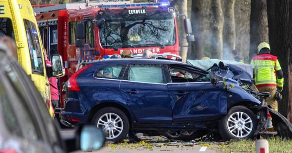 Ernstig ongeluk in Eerbeek: auto knalt frontaal tegen een boom, weg afgesloten.