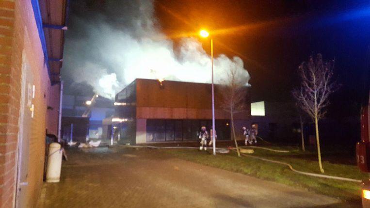 Er steeg heel wat rook op uit het dak van de nieuwe zaal.