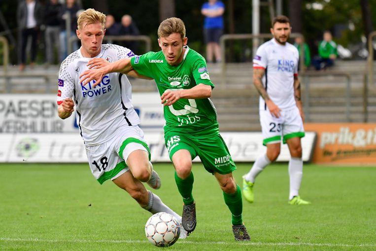 Laurens Vermijl (r) in duel met Jellert Van Landschoot.