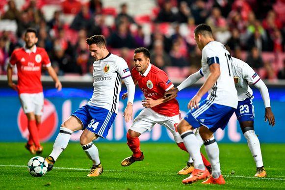 Taulant Xhaka met Basel in actie tegen Benfica.