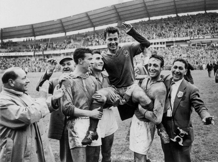 Topscorer Just Fontaine wordt op handen gedragen door zijn teamgenoten in 1958. Beeld AFP