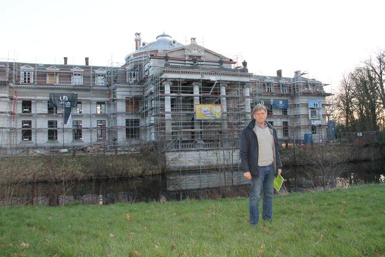 Bouwheer Jan Romel van Urbes met op de achtergrond het kasteel Blauwhuis in de steigers.