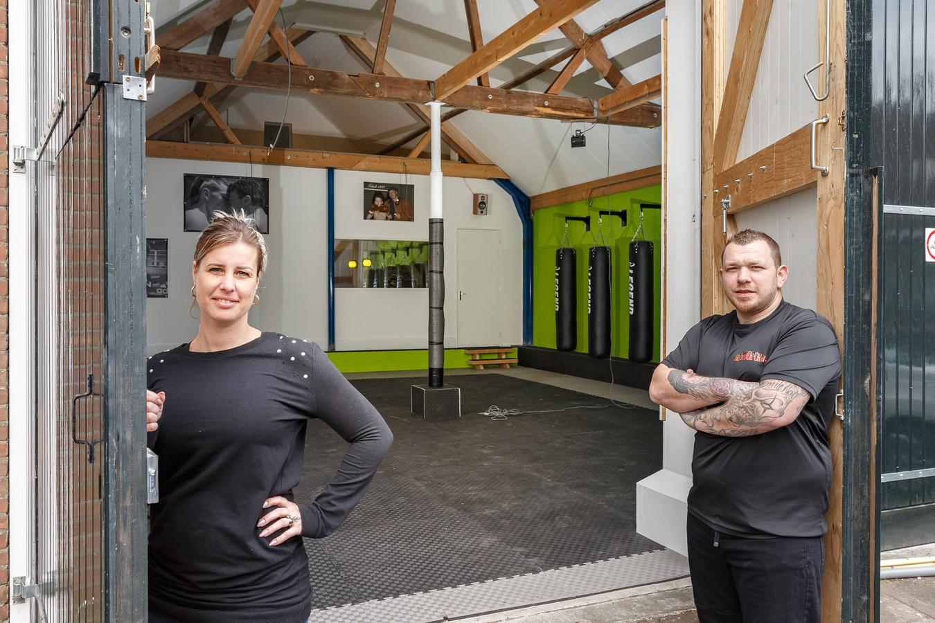 """Selina en Jan Willem Tebak openen vandaag hun kickboksschool aan de Rosmolenstraat in Hasselt.  ,,Kinderen die gepest worden of niet zo sterk in hun schoenen staan, kunnen veel halen uit deze sport."""""""