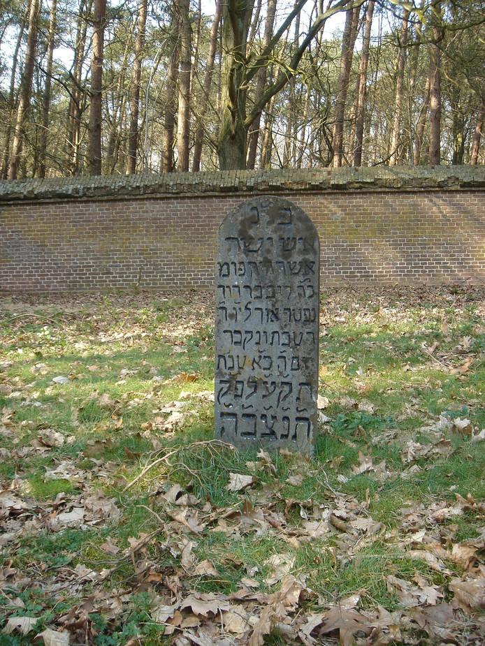 Het graf van Levi David Hartog, de eerste jood die zich in Tilburg vestigde, ligt op de begraafplaats in Oisterwijk.