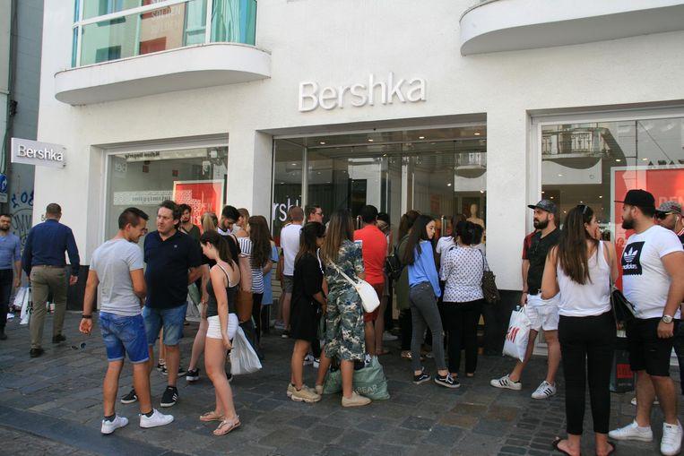 Klanten moeten buiten wachten aan kledingwinkel Bershka in de Veldstraat.