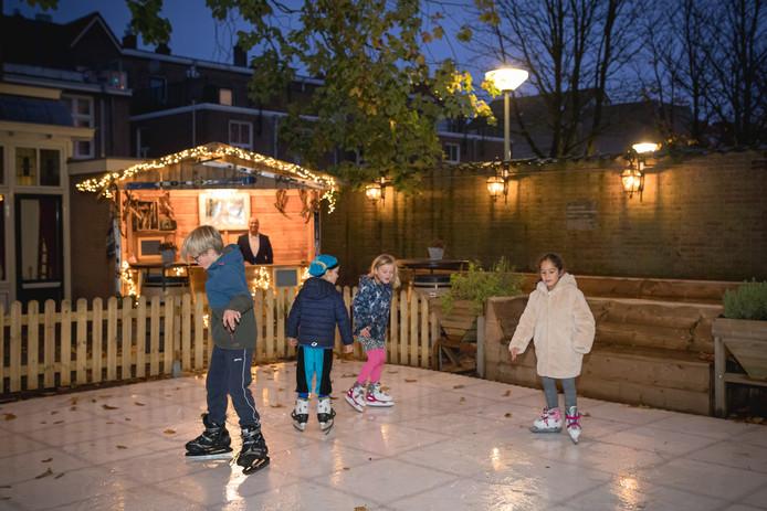 Kinderen schaatsen op de ijsbaan bij Hotel de Wereld in Wageningen.