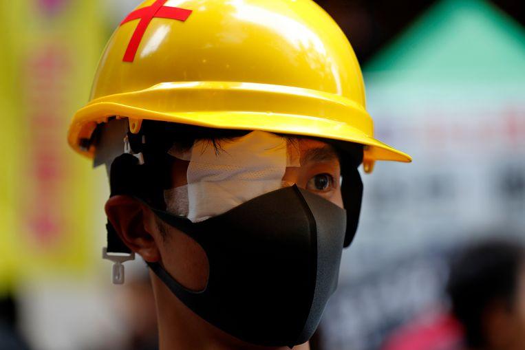 Een demonstrante verloor eerder een oog door een door de politie afgevuurde rubberkogel. Sindsdien plakken veel betogers eveneens een oog af.