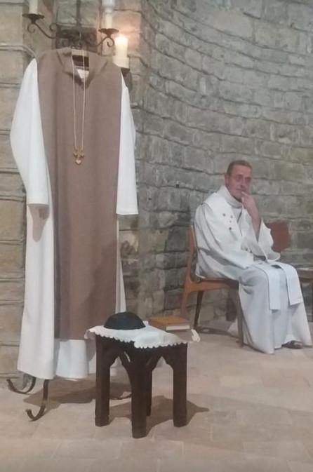 Tijdens een eucharistieviering kreeg Theo van Osch eindelijk het gewenste kluizenaarshabijt.