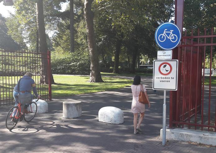 Fietsen in het Valkenberg is toegestaan, aldus een verkeersbord bij de entree aan de Kennedylaan.