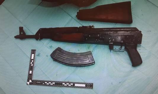 Een wapen dat werd gevonden bij  de inval op het woonwagenkamp aan de Hoogheuvelstraat.