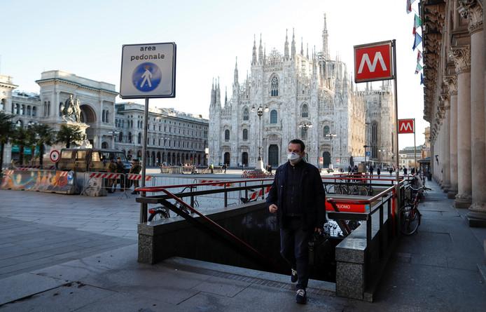 Un homme sort d'une station de métro à Milan.