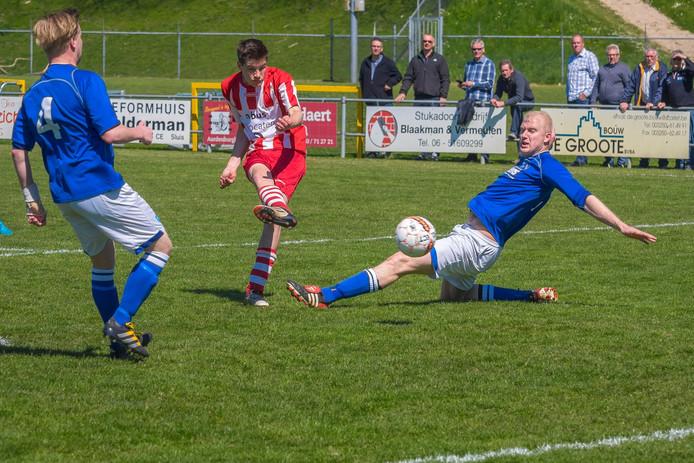 De pas vijftienjarige Jens Pyfferoen maakt de 1-0 voor Sluis tegen Lepelstraatse Boys.