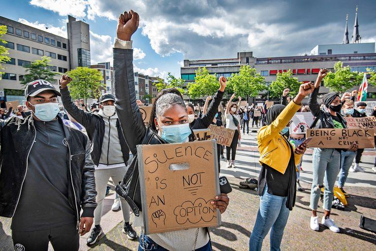 Demonstranten tegen racisme op het Stadhuisplein in Eindhoven. Elke spreker op het podium wordt hartstochtelijk toegejuicht door de menigte met mondkapjes en protestborden.  Beeld Guus Dubbelman / de Volkskrant