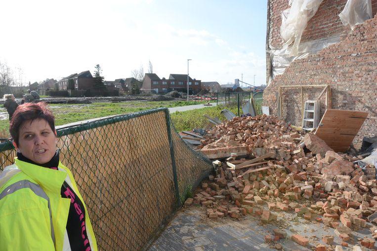 Petra Marin bij de ravage op haar terras.