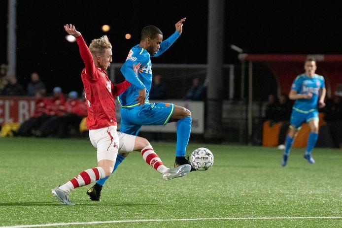 Justin Bakker namens Jong AZ in duel met Boy Deul van FC Volendam