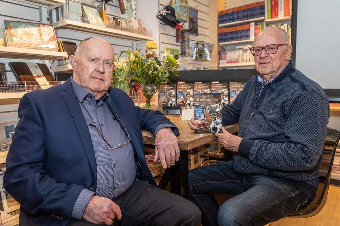 Berend Huisjes (rechts) met zijn broer Joop tijdens de presentatie van zijn eerste boek. Zaterdag signeert hij alweer zijn vierde boek in Lectori.