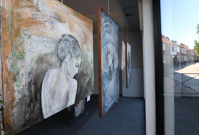 Kunstwerken in een van de etalages van Breskens.